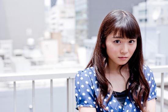 ロングヘアの松岡茉優